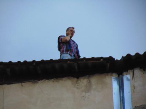 A stat peste şase ore pe acoperiş