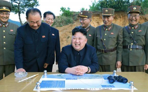 Kim Jong Un dopo il lancio del missile Hwasong-12 (KCNA)