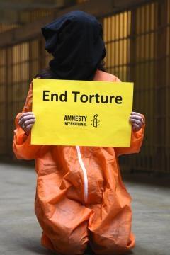 Amnesty Italia da anni si batte per l'introduzione di tortura nel codice penale.
