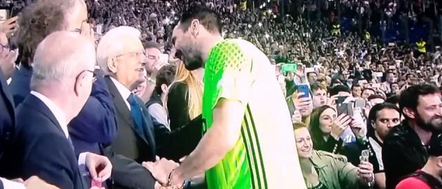 Gigi Buffon, a destra, saluta il Presidente della Repubblica, Sergio Mattarella