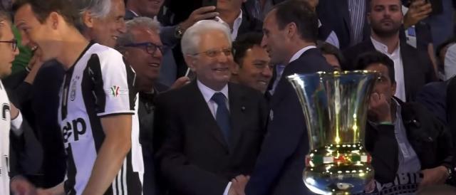 Il presidente della Repubblica, Sergio Mattarella, stringe la mano al tecnico bianconero Massimiliano Allegri