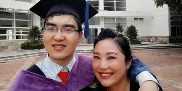 Mama care nu a renunțat niciodată și l-a ajutat pe fiul său cu handicap sever să ajungă la Harvard - Foto: SOUTH CHINA MORNING POST/ZOU HONGYAN
