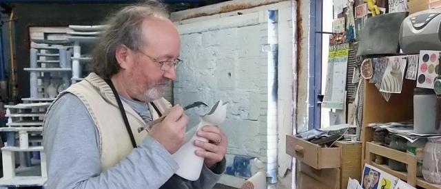 Otero Regal trabajando en su taller de la localidad de Viveiro. Fotografía: Císimo Rabanedo