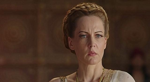 Pochodząca z Niemiec indyjska aktorka Suzanne Bernert jako złowroga cesarzowa babka Helena.