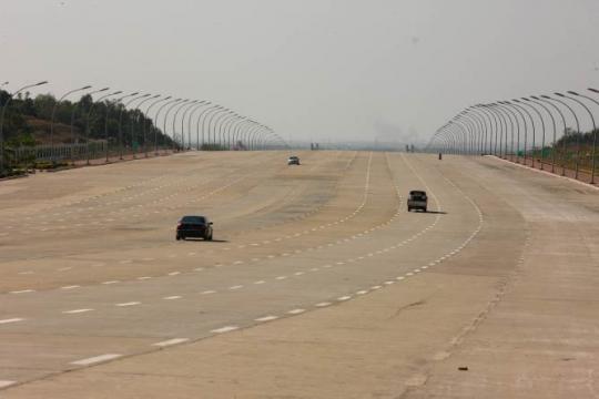 Bulevard mai mare decât o autostradă în Naypyidaw, capitala Birmaniei