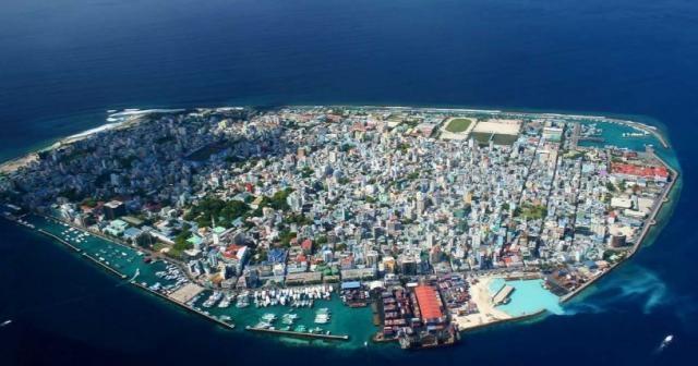 Male, capitala insulelor Maldive, un oraș foarte aglomerat situat în mijlocul Oceanului Indian