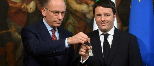 Enrico Letta e Matteo Renzi scambiano la campanella
