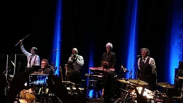 King Crimson se despide del público en el Teatro Metropolitan de la Ciudad de México (FOTO: JORGE LUIS CORTINA)