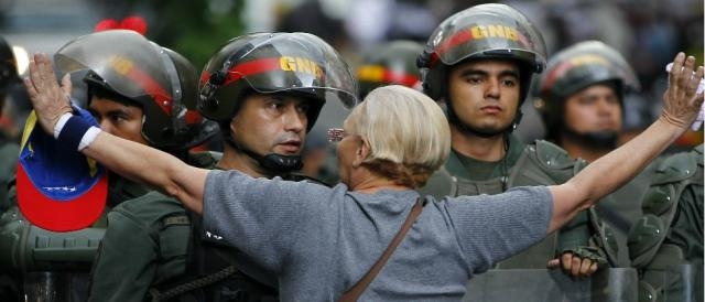 Una mujer se enfrenta a un Guardia Nacional durante una protesta en Caracas, Venezuela.