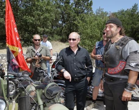 Putin und Saldostanow (v.l.n.r.) auf der 14. internationalen Biker-Rallye 2010