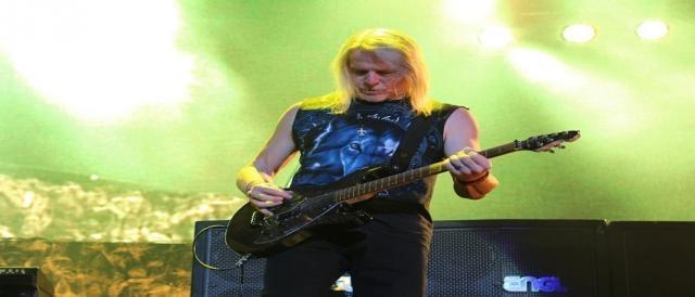 Steve Morse em ação na guitarra