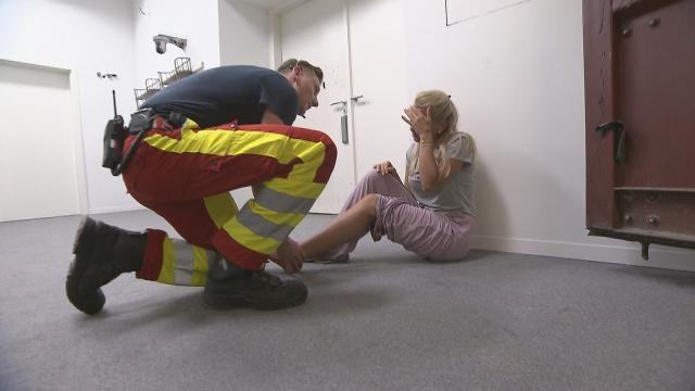 Zwischenfall: Sanitäter behandeln Evelyn Burdecki / Foto: Sat.1