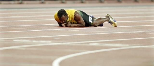 Usain Bolt a terra dopo l'infortunio nella finale della staffetta 4x100 ai Mondiali di Londra