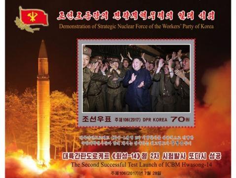 Kim Jong aplaudând lansarea asupra Japoniei