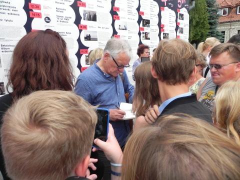 Andrzej Seweryn w otoczeniu fanów (fot. Krzysztof Krzak)