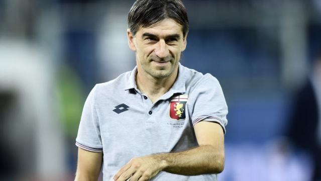 In alto l'allenatore del Genoa Ivan Jurić