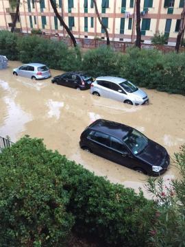 Le macchine circondate dal fango.