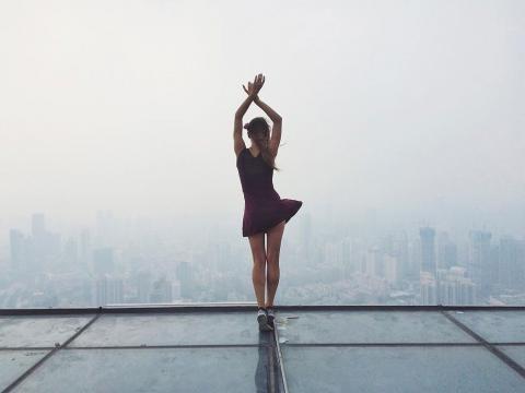 Angela Nikolau als Ballerina auf dem Dach