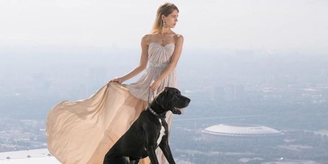 Im Kleid und mit Hund über der Skyline