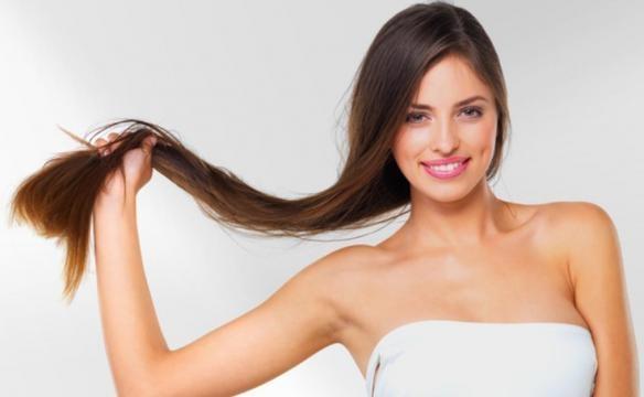 Evitar lavar os cabelos com água quente diminui a queda dos fios
