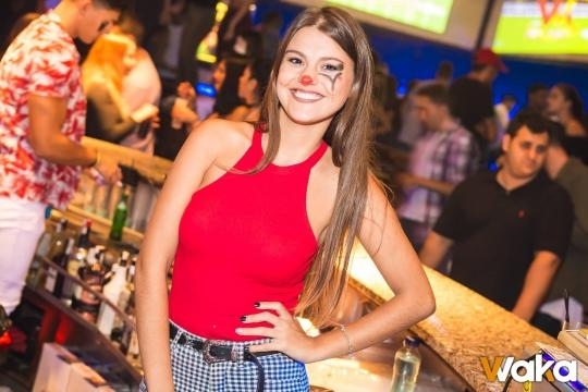 Andrea posando en barra como camarera de una discoteca