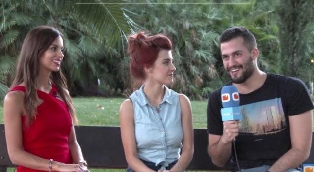 Rocío (izquierda), durante uno de sus reportajes para Fórmula TV