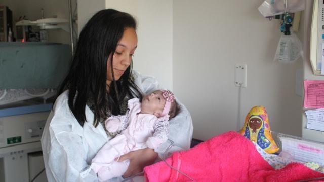 Um dos bebês que está em tratamento na UTI neonatal, juntamente com sua mãe