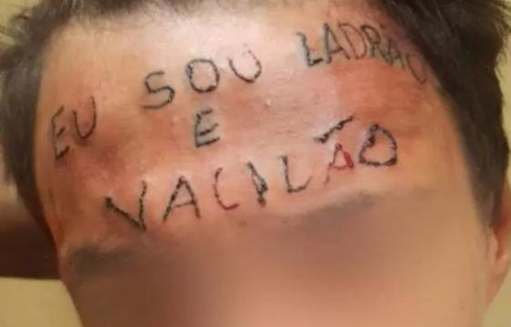 Jovem que ficou conhecido por ter testa tatuada tenta agora recomeçar a vida.