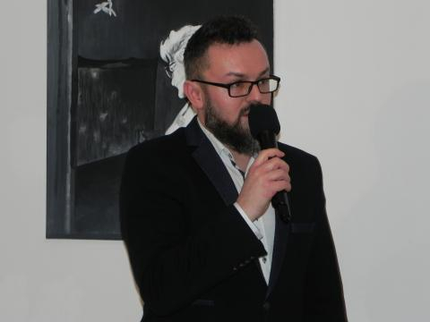 Artur Bartkiewicz, kurator wystawy 'Pożyczone' (fot. Krzysztof Krzak)