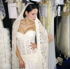 Claudia splendida in abito da sposa per Vanitas