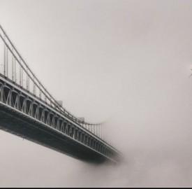 Il ponte di Brooklyn immerso nella nebbia