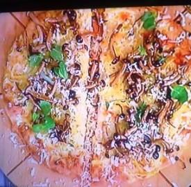 Pizza con patate, funghi e provolone