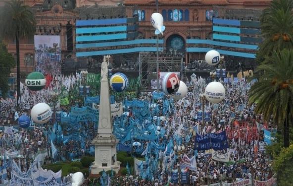Multitudinaria fiesta 31 años de democracia. Télam