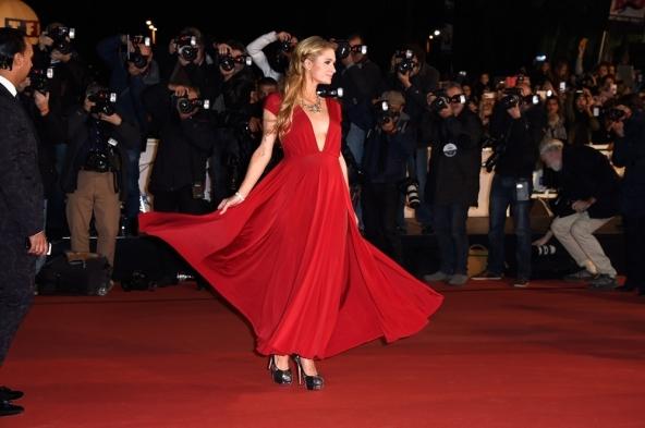 Paris Hilton lució un vestido rojo y plataformas.