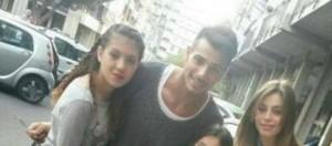 Aldo e Alessia con delle piccole fan a Catania