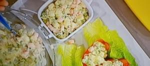 Barchette di pomodoro con insalata russa leggera