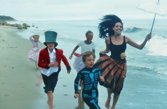 Angelina Jolie posa junto a sus hijos para Vogue