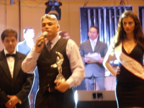 Alejandro Vargas recibiendo el galardón.