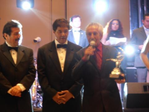 Gustavo Suárez recibe su premio Honoris Causa