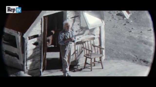 L'anziano nella sua casa sulla luna