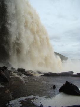 Los turistas pueden pasear en el Salto de El Sapo.