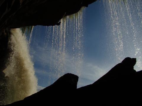 Un viajero curioso puede entrar al Salto El Sapo.
