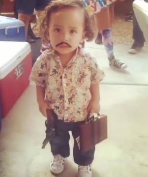 Garoto fantasiado de Pablo Escobar