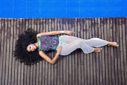 Cris Vianna posando para marca de moda praia