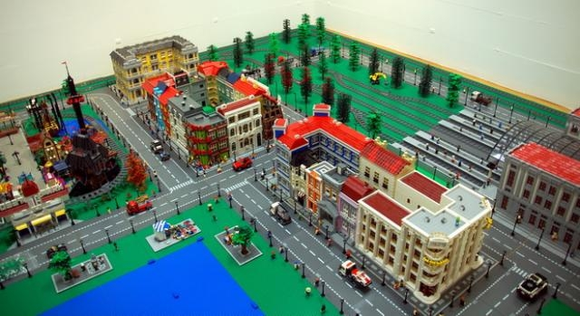 A exposição mostra uma cidade em Lego
