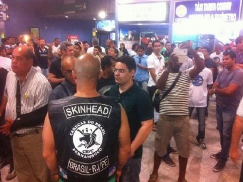 Foi possível notar a presença de skinheads.