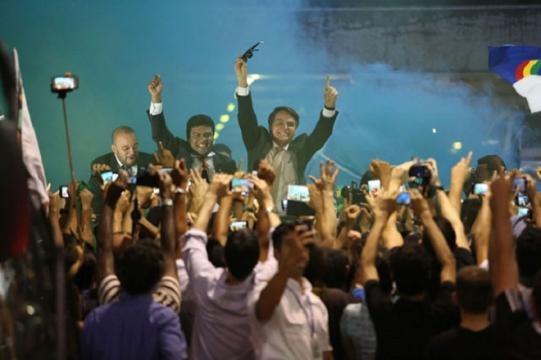 Político abriu os braços perante seus admiradores.