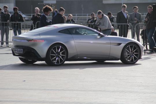 El elegante Aston Martin DB10 en la calle