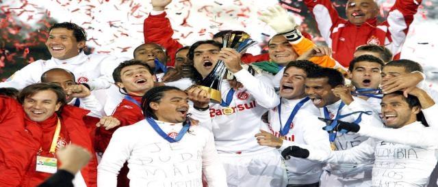 Capitão Fernandão levanta a taça do Mundial