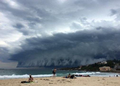 Banhistas se assustam com formação de nuvens